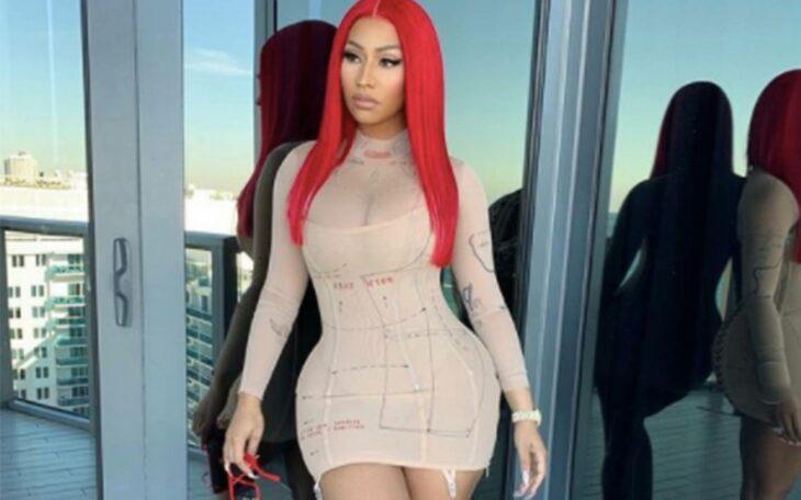 Nicki Minaj posando para una foto en una alfombra roja