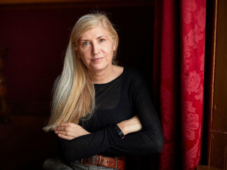 Alice Nutter posando para una sesión de fotos en una casa