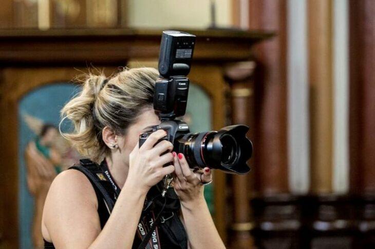 Fotógrafa tomando una foto en una iglesia