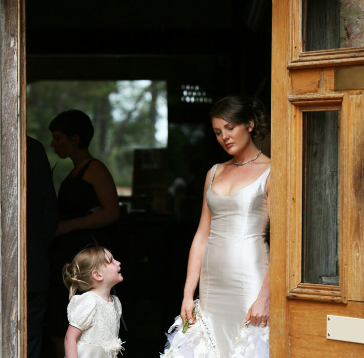 Niña de las flores viendo a la novia
