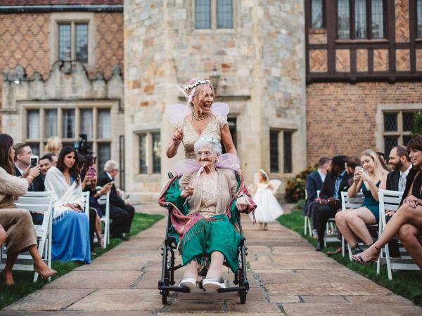 Abuela y su nieta caminando hacia el altar