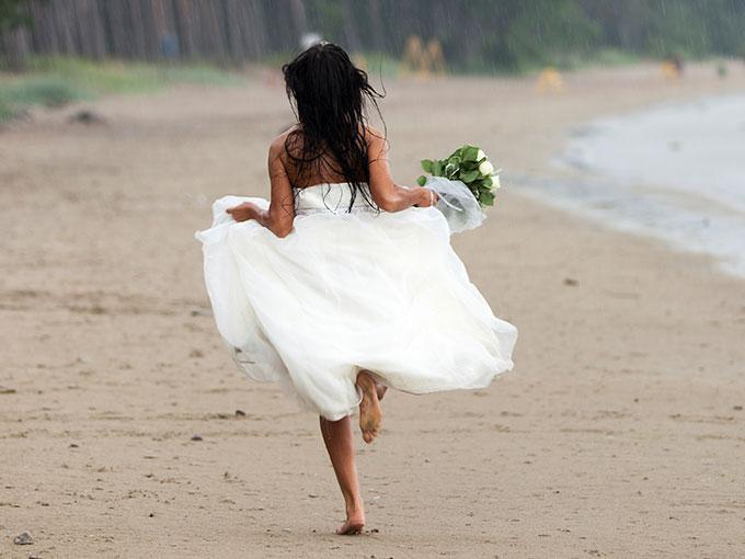Novia corriendo por la playa