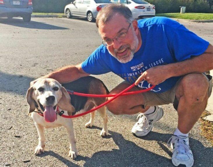 Hombre abrazando a un perro; Hombre abre un asilo para perrito ancianos que fueron abandonados