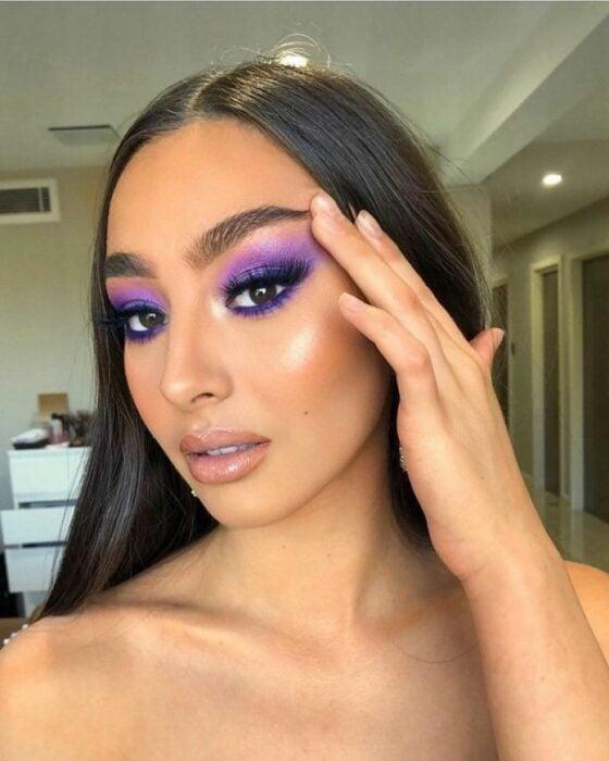 Chica con un maquillaje smookey eye en diferentes colores