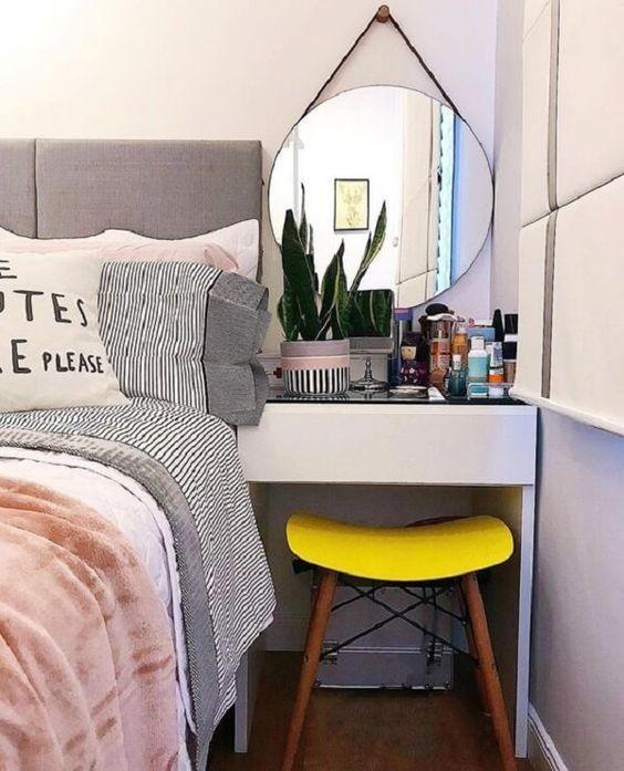 Tocador junto a una cama; 15 Lindas ideas de estaciones de maquillaje para espacios chiquitos
