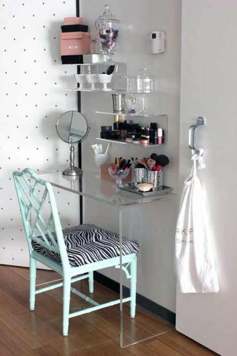 tocador con silla reclidada; 15 Lindas ideas de estaciones de maquillaje para espacios chiquitos