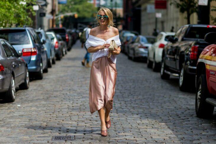 Chica usando una falda de satín de color rosa