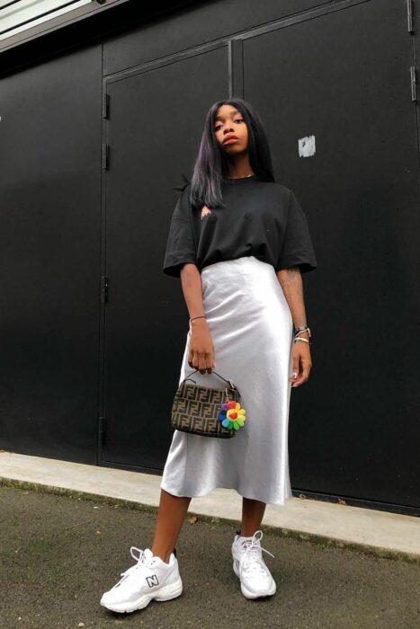 Chica usando una falda de satín de color gris