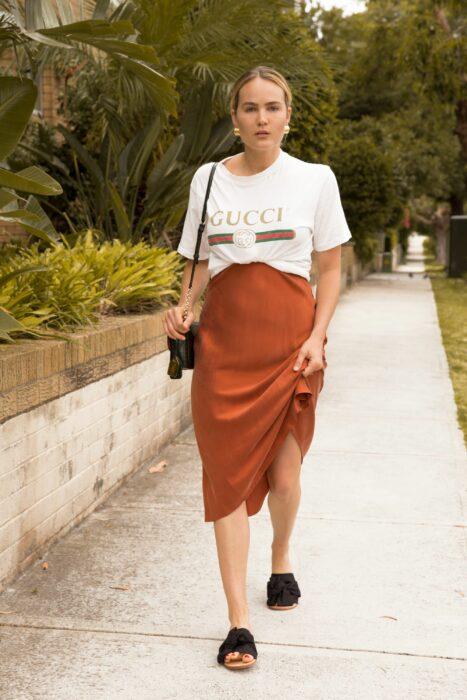 Estas faldas de satín se ven increíbles con unas sandalias cómodas.