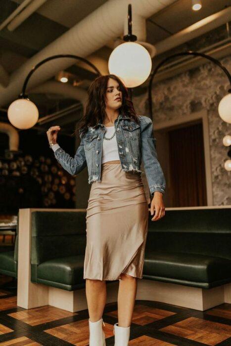 Las faldas de satín color café siempre estarán en tendencia.