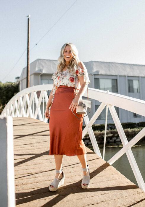 Chica usando una falda de satín de color ladrillo