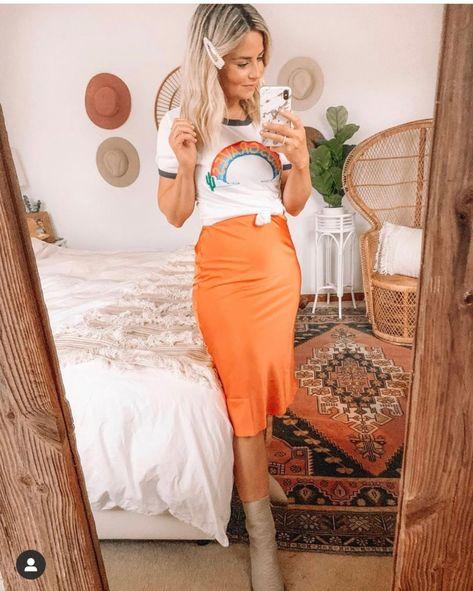 Chica usando una falda de satín de color naranja