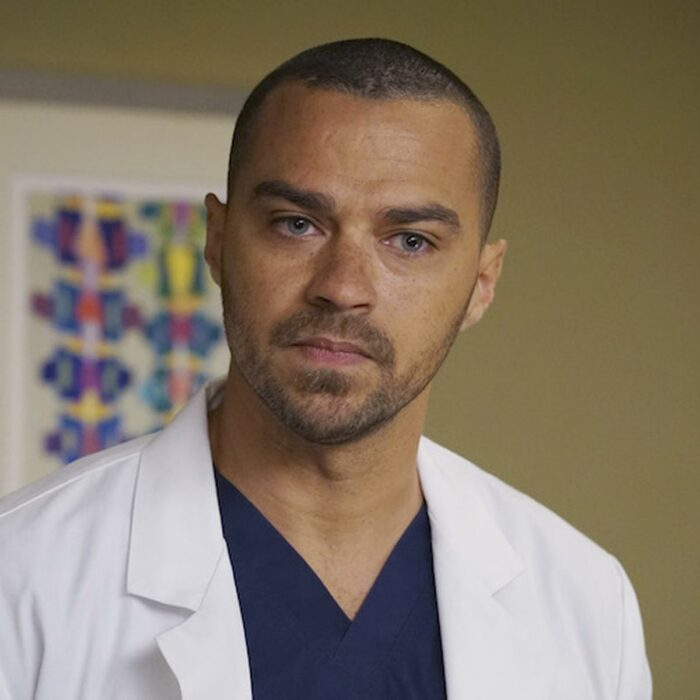 Jesse Williams en una escena de Grey's Anatomy usando una bata