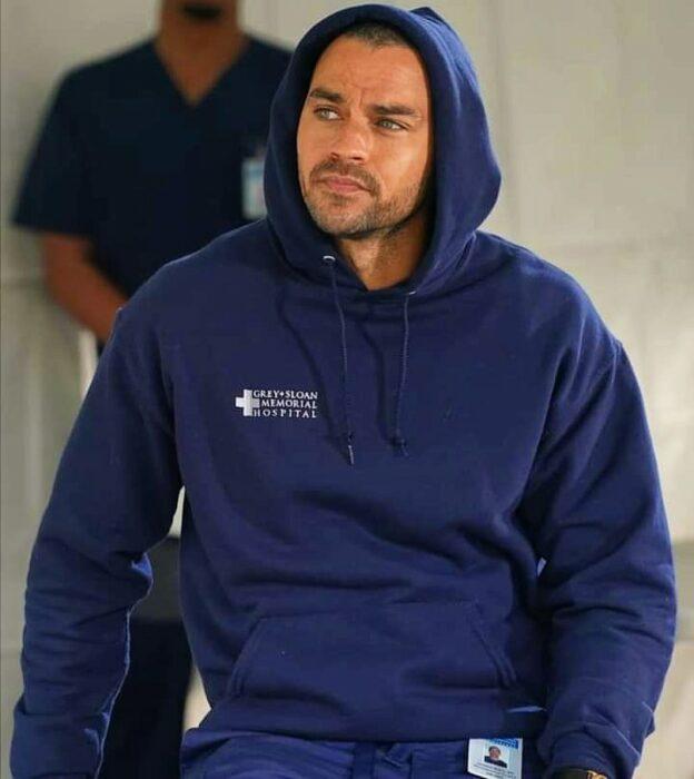 Jesse Williams usando una sudadera durante una escena de Greys Anatomy