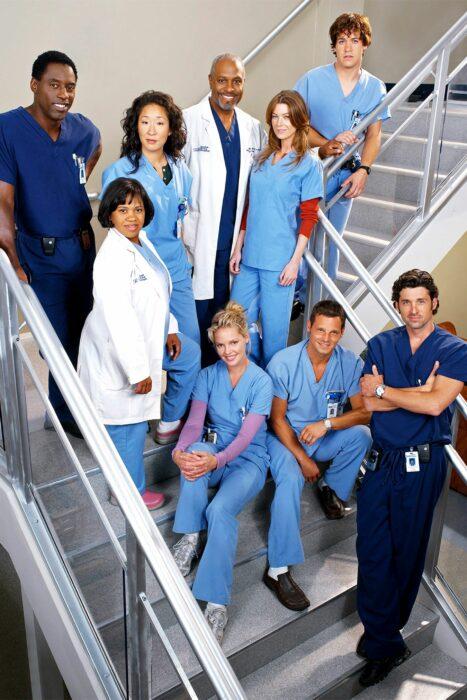 Elenco de la serie Grey's Anatomy juntos sentados en unas escaleras