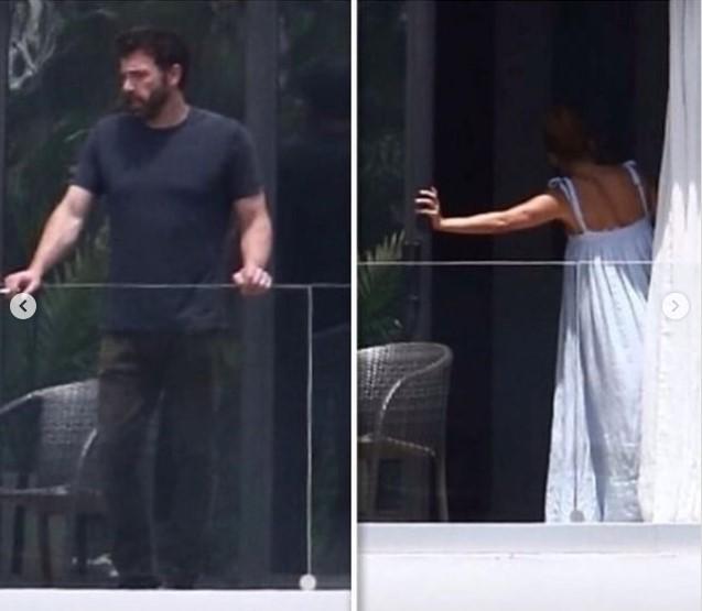 Jennifer Lopez sonriendo mientras le enseña su casa a Ben Affleck