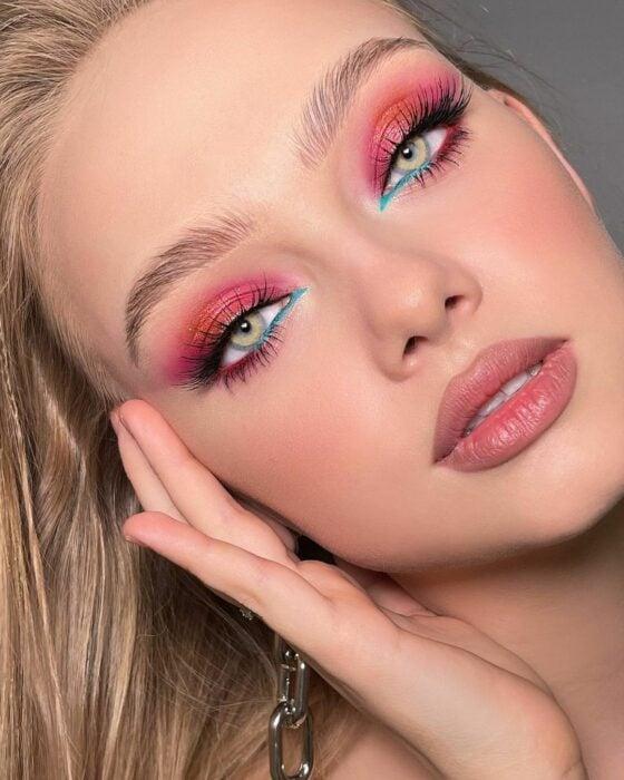 Chica con un maquillaje de diferentes colores estilo Barbie