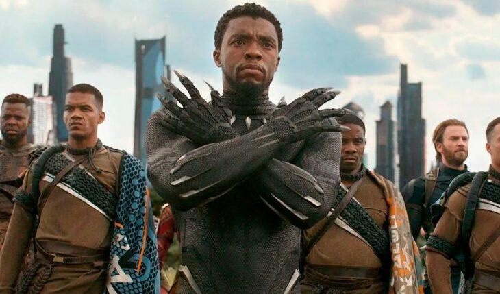 Escena de Black Panther, Chadwick Bosheman cruzando los brazos; Marvel confirma fecha de estreno y título para 'Black Panther 2'