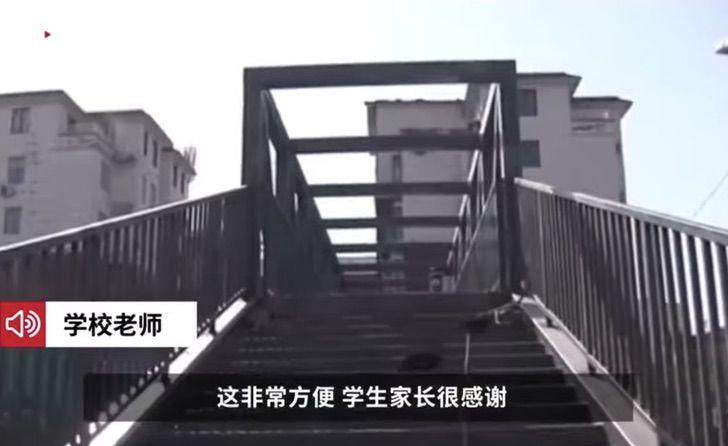 Puente sobre vialidad que da hacia una escuela