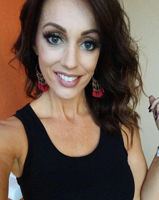 Miranda, mujer que dejó de teñir sus canas posando para una foto mientras está en su recamara
