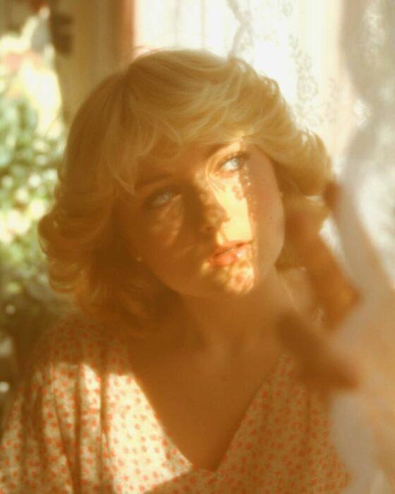 Rose Van vistiendo como en los 70 y luciendo idéntica que lady di