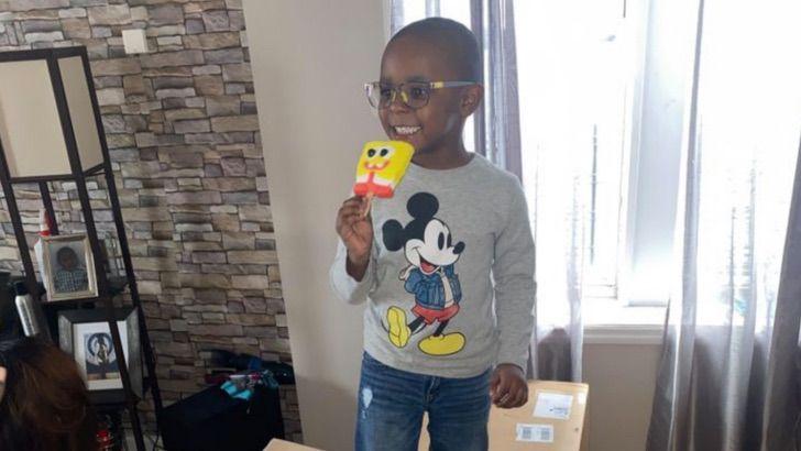 niño comiendo paletas; Niño usa la tarjeta de su mamá y gasta casi 3 mil dólares en paletas de Bob Esponja