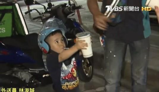 Niño que ayuda a su padre repartidor entregando una bebida