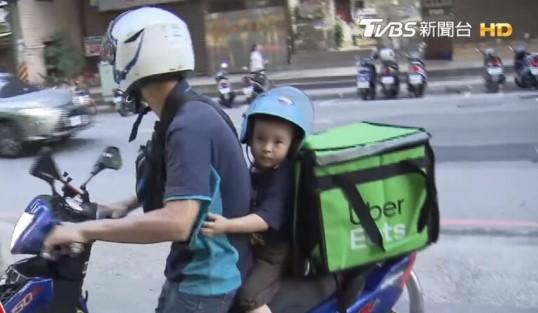 Papá soltero viajando con su hijo en la parte trasera de la motocicleta mientras entregan comida