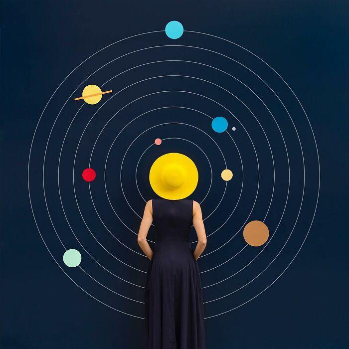 Chica imitando al sol en un sistema solar ;Pareja hace sesión de fotos minimalistas sin usar photoshop