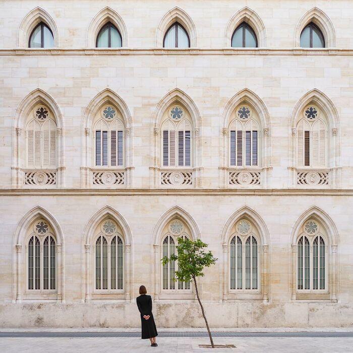 chica inclinada junto a un árbol  ;Pareja hace sesión de fotos minimalistas sin usar photoshop