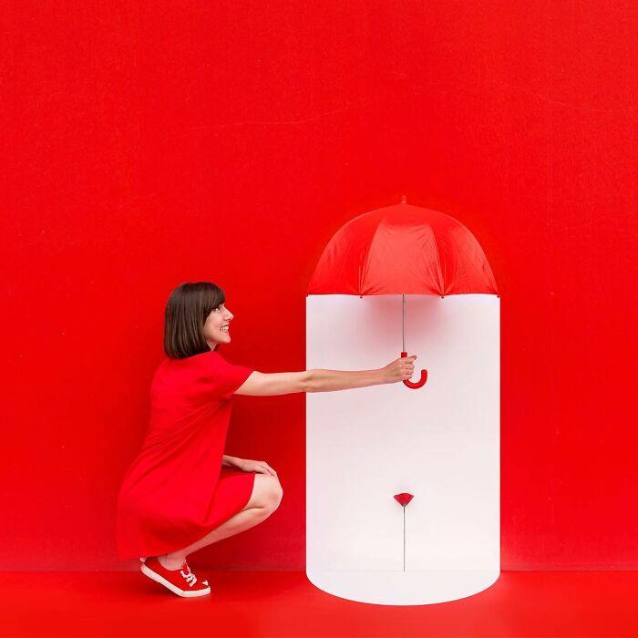 chica sosteniendo un paraguas ;Pareja hace sesión de fotos minimalistas sin usar photoshop