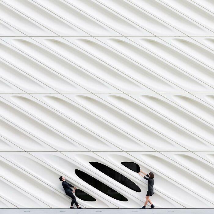chica junto a un ventanal negro ;Pareja hace sesión de fotos minimalistas sin usar photoshop