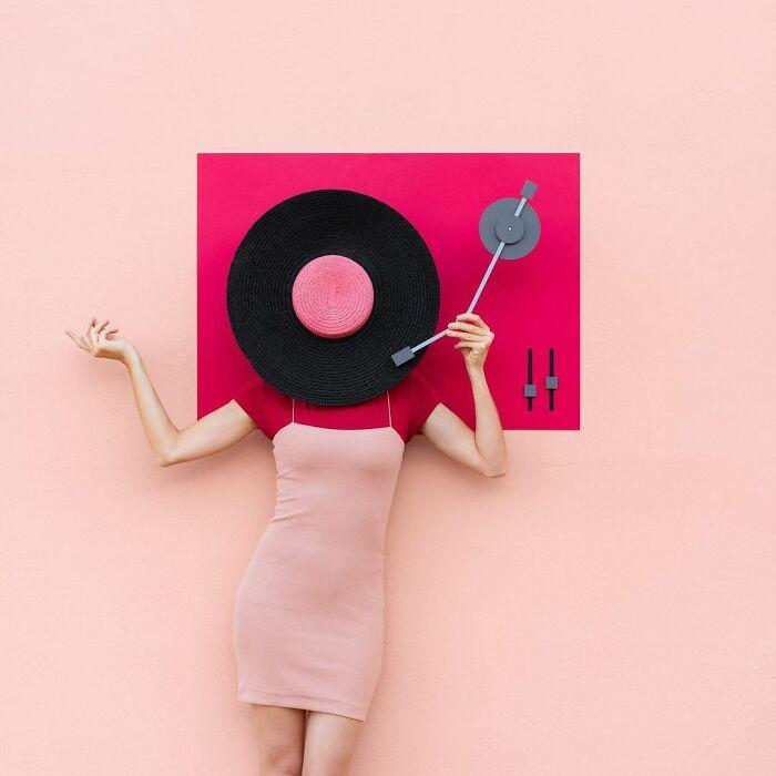 chica siendo un tocadiscos ;Pareja hace sesión de fotos minimalistas sin usar photoshop