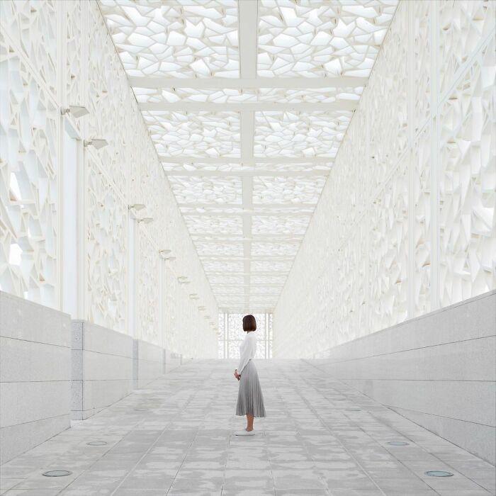 chica en medio de un pasillo blanco ;Pareja hace sesión de fotos minimalistas sin usar photoshop