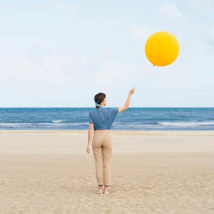 chica sosteniendo un globo amarillo ;Pareja hace sesión de fotos minimalistas sin usar photoshop
