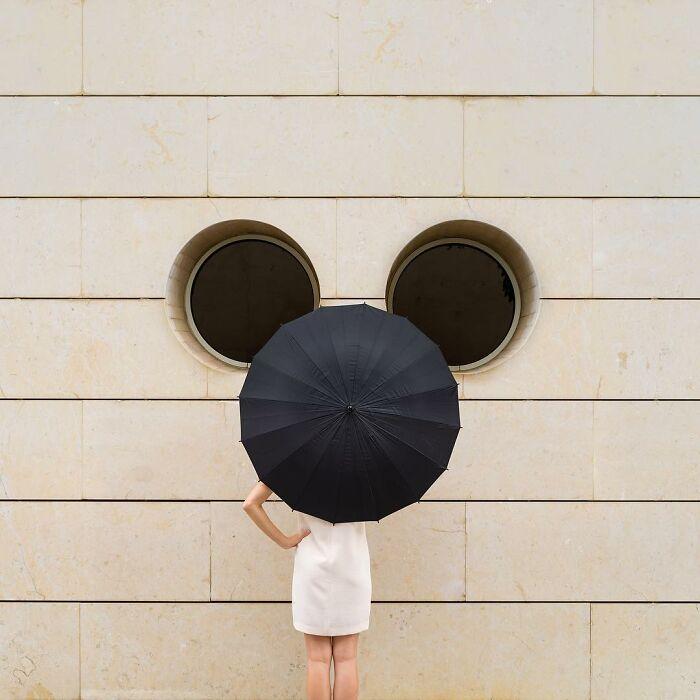 chica sosteniendo una sombrilla negra ;Pareja hace sesión de fotos minimalistas sin usar photoshop