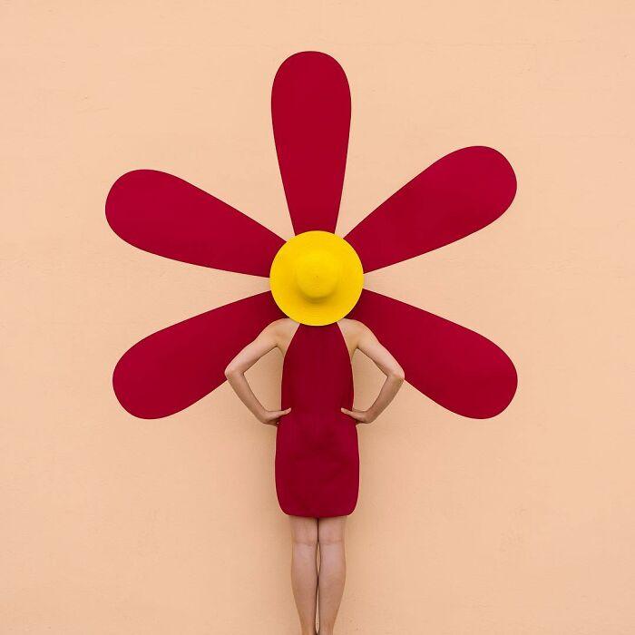 chica imitando una flor ;Pareja hace sesión de fotos minimalistas sin usar photoshop