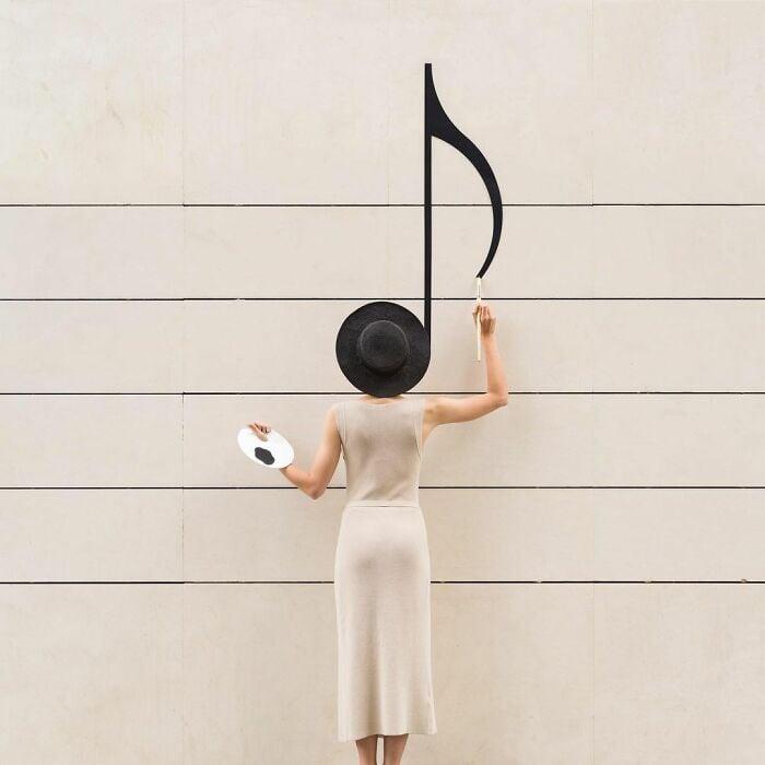 Chica frente a una nota musical ;Pareja hace sesión de fotos minimalistas sin usar photoshop