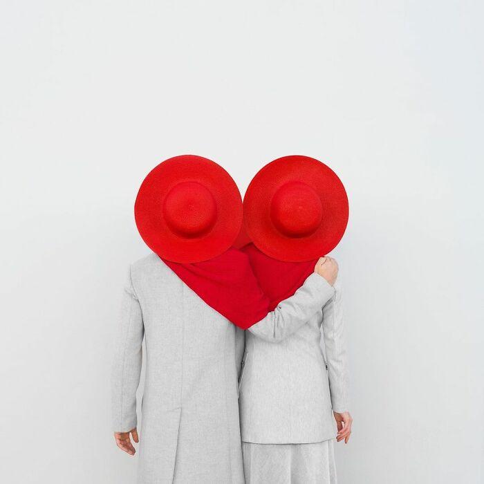 pareka simulando un corazón con un par de gorros ;Pareja hace sesión de fotos minimalistas sin usar photoshop