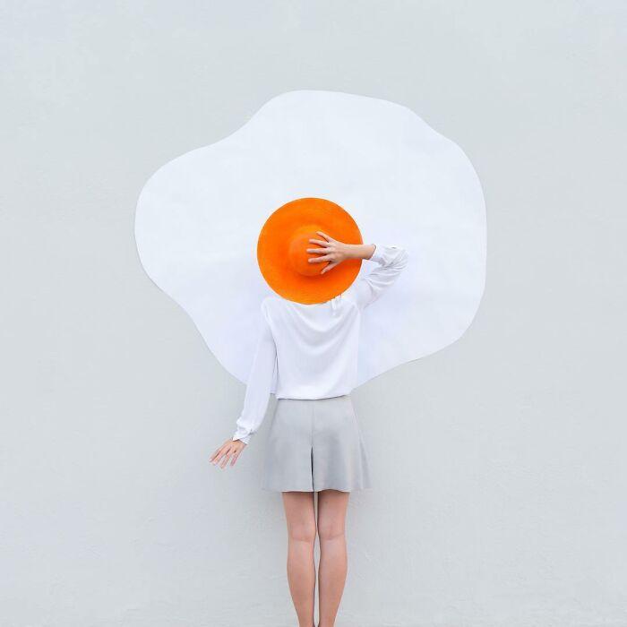 chica simulando un huevo ;Pareja hace sesión de fotos minimalistas sin usar photoshop