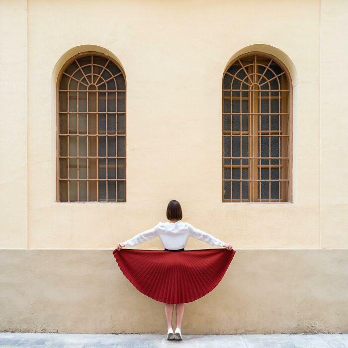 chcia sosteniendo una falda plisada ;Pareja hace sesión de fotos minimalistas sin usar photoshop