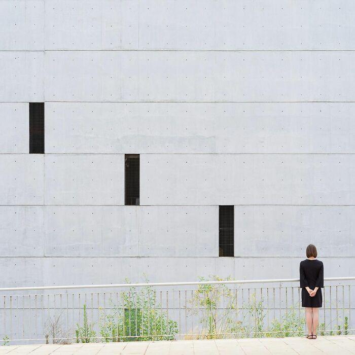 chica junto a unas ventanas ;Pareja hace sesión de fotos minimalistas sin usar photoshop