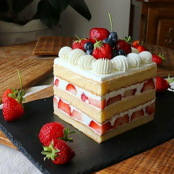 Pastel con crema y frutos rojos ;15 Pasteles aesthetic para presumir en tu cumpleaños