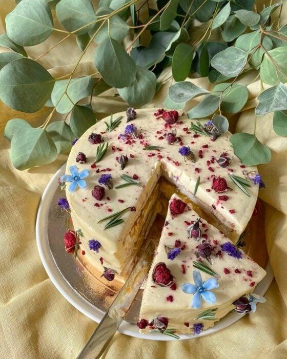 Pastel de crema con flores miniatura ;15 Pasteles aesthetic para presumir en tu cumpleaños