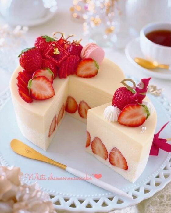 Pastel estilo mochi con fresas;15 Pasteles aesthetic para presumir en tu cumpleaños