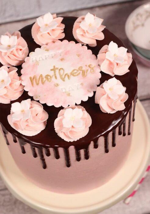 tarta de fresa cubierta de chocolate ;15 Pasteles para demostrarle a mamá cuanto la amas