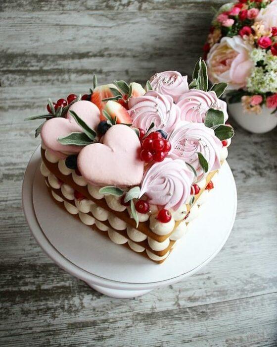 tarta en forma de corazón con betún al centro ;15 Pasteles para demostrarle a mamá cuanto la amas