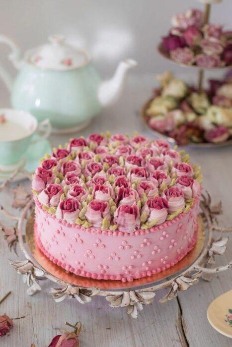 tarta de fresa con rosas encima ;15 Pasteles para demostrarle a mamá cuanto la amas