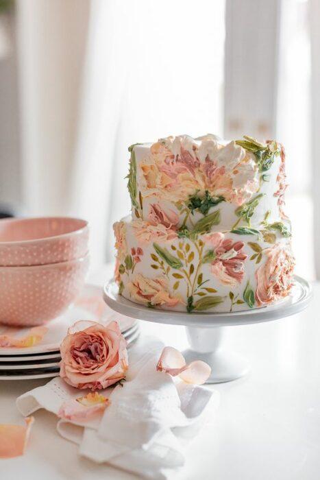tarta blanca con flores decorativas ;15 Pasteles para demostrarle a mamá cuanto la amas