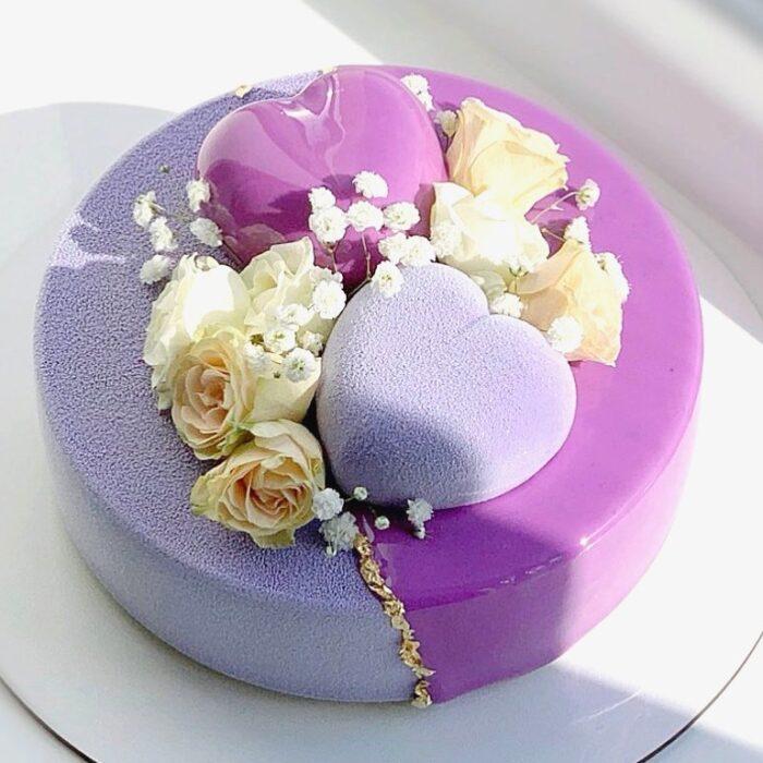 pastel con corazones de azúcar y glaseado morado y lila ;17 Hermosos pasteles glaseados que te conquistarán a primera vista